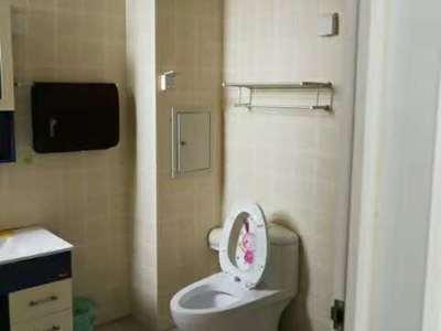 永兴花园5楼精装现房2室2厅1卫证满3年带13平地下室95价格可议,可令包入住。