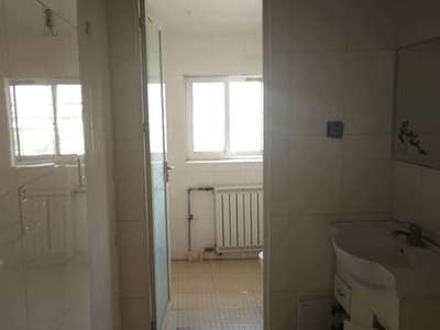 万达丽日5楼114平三室带储藏室 年租1.5万