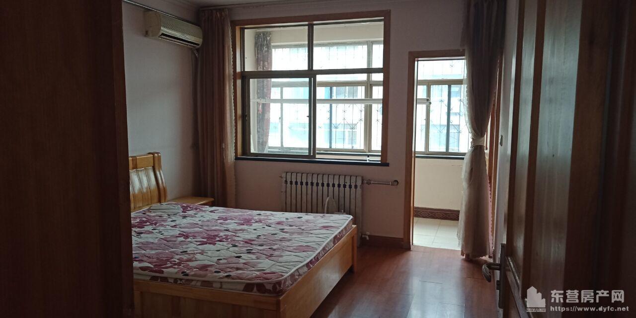 美滨花园3楼94.65平 三室两厅一卫中装 木地板 沙发 床 3 茶几 电视柜