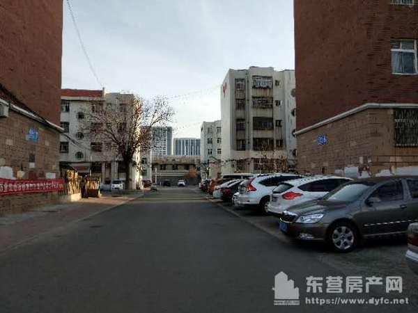 东城金水南区一楼出租,97平米,有储藏室,两室两厅。